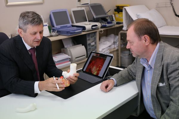 Dr Alistair Royse explaining the procedure to the patient, Paul .JPG